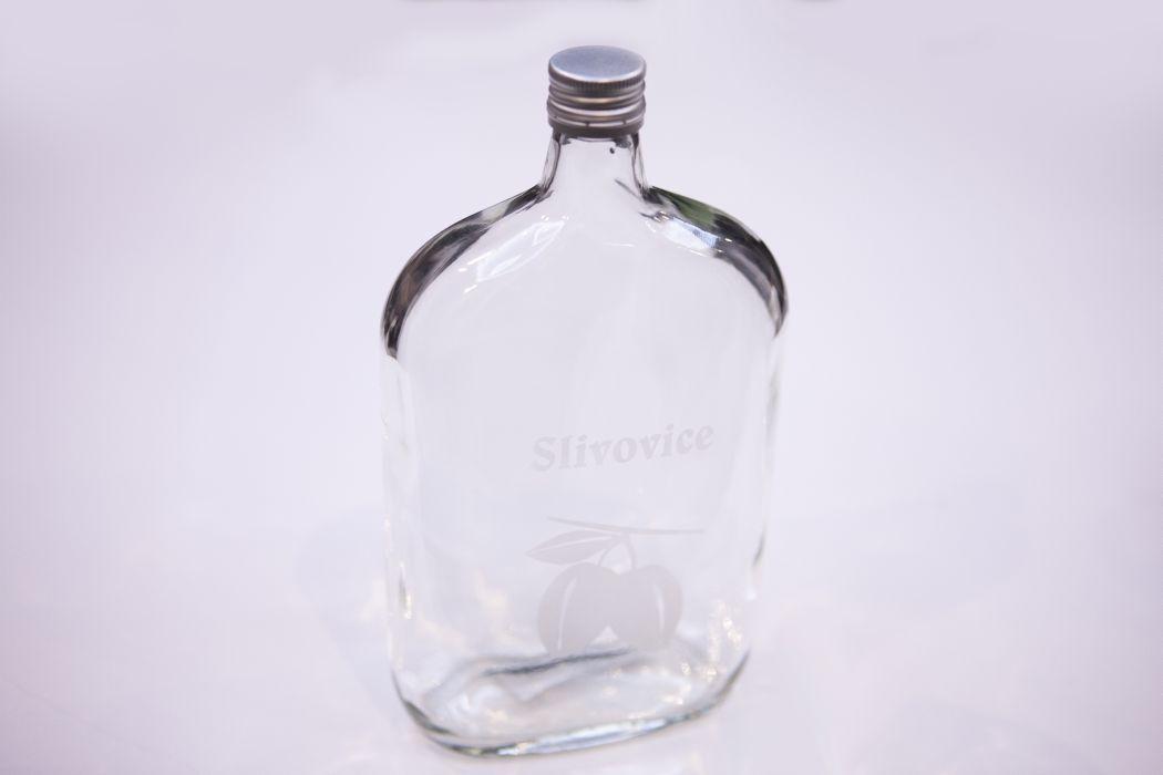 láhev 1,0l SLIVOVICE(placatka)+kov.zátka, písk.sklo