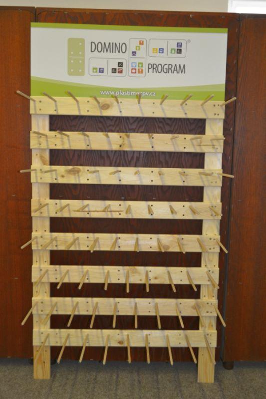 regál dřevo-VYKRAJOVAČKY (76ks), nástěnný 146x78cm, k zapůjčení